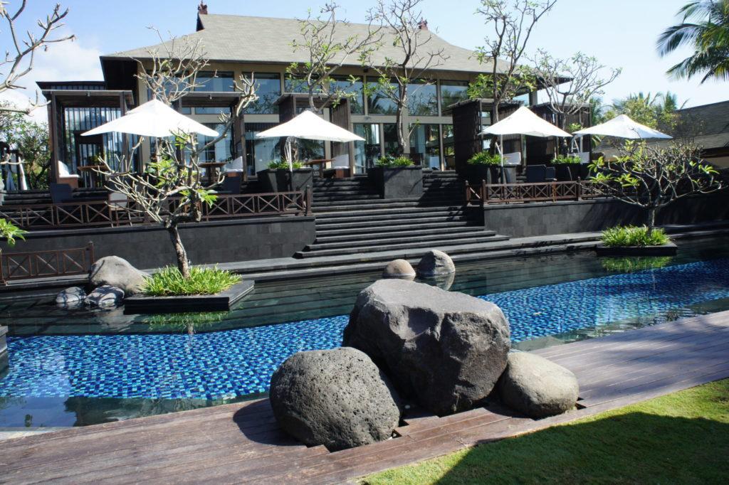 水辺前のレストラン